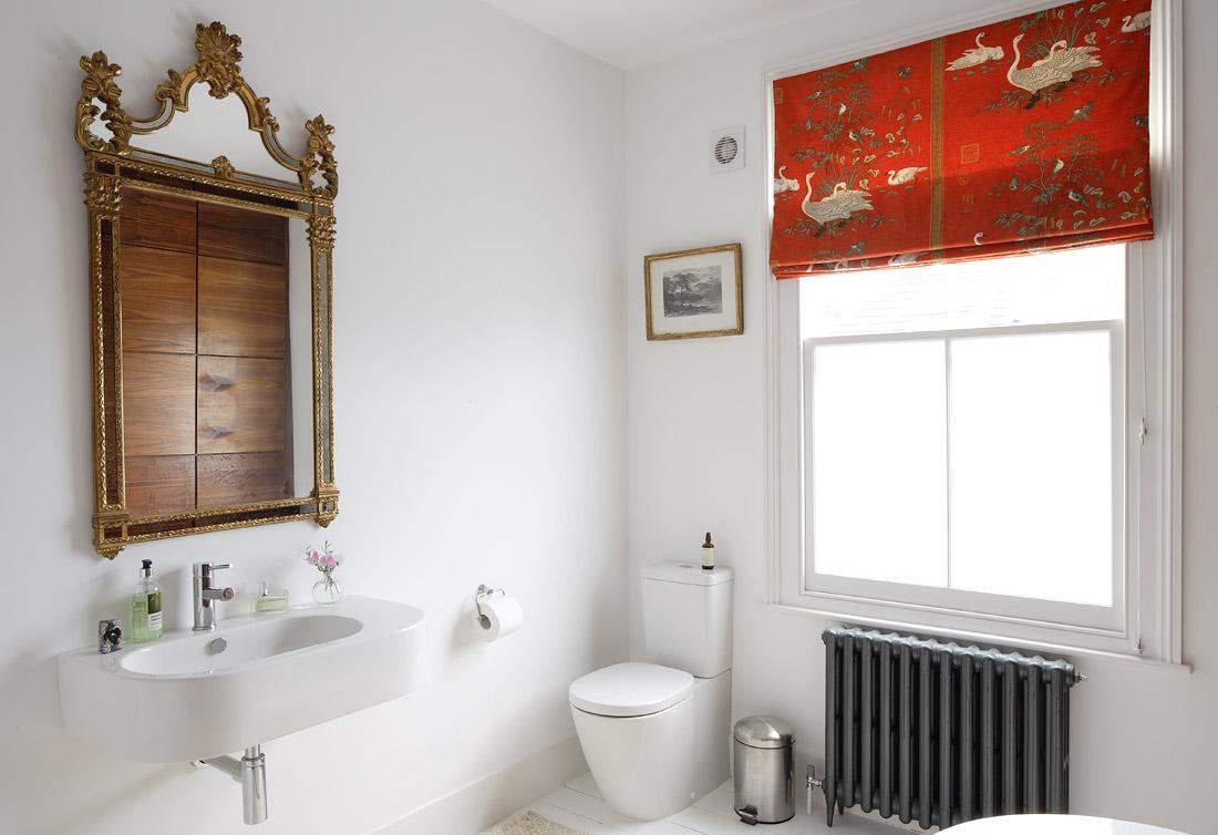 Красные шторы в ванной