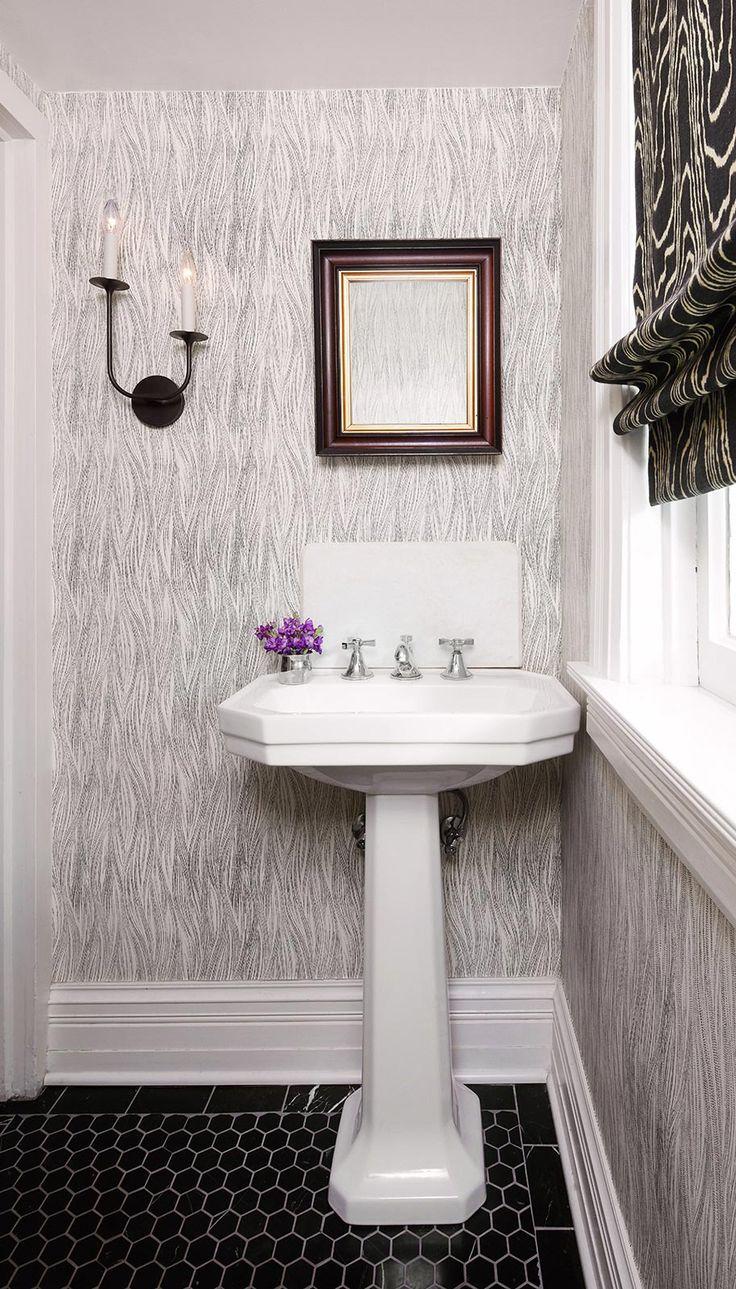 Фактурные обои в ванной