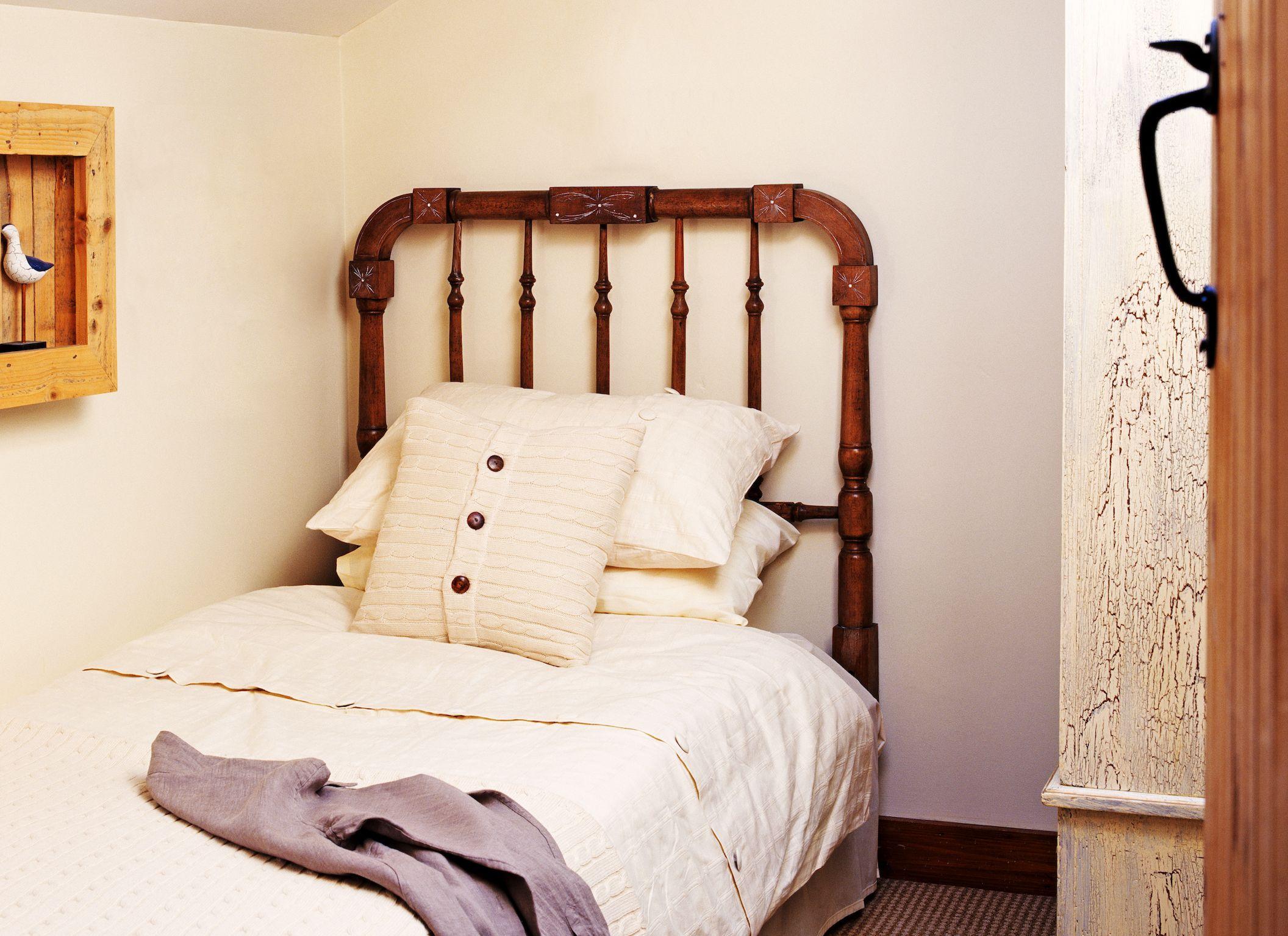 Кровать вдоль стены