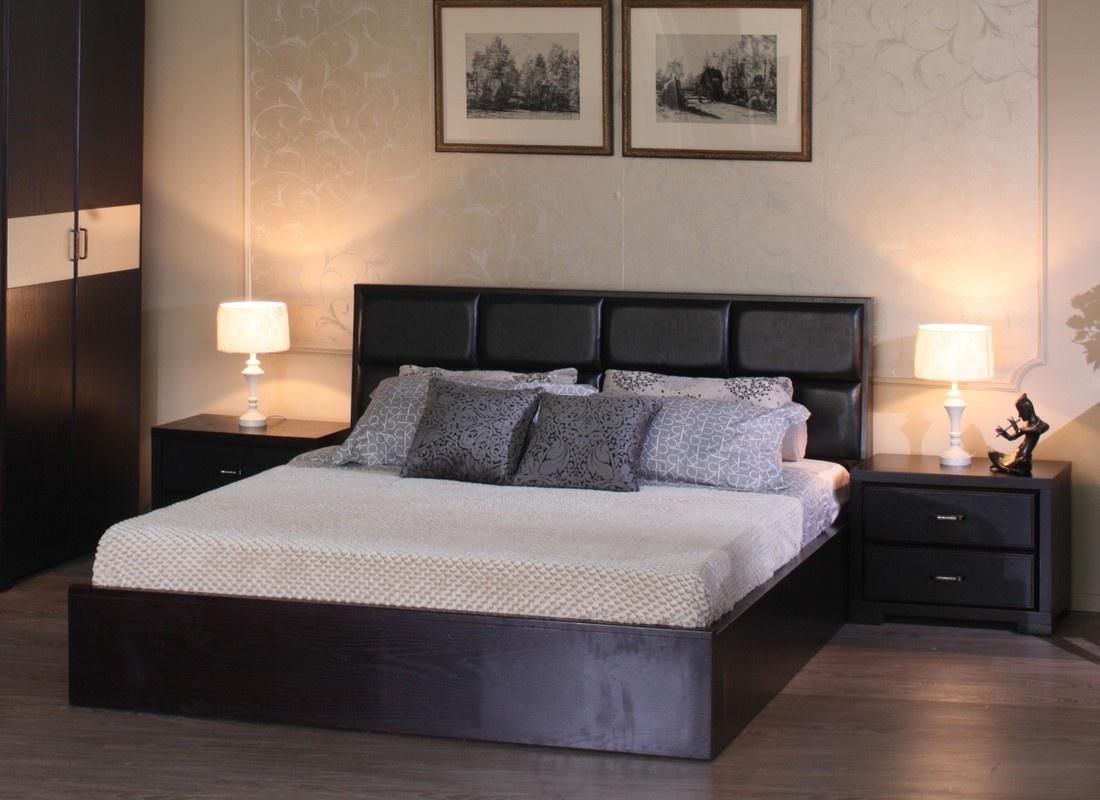Черная кровать цвета венге