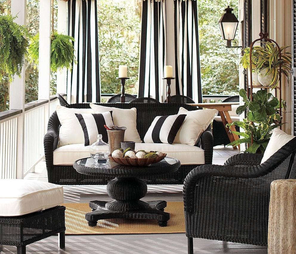 Черно-белые шторы на веранде