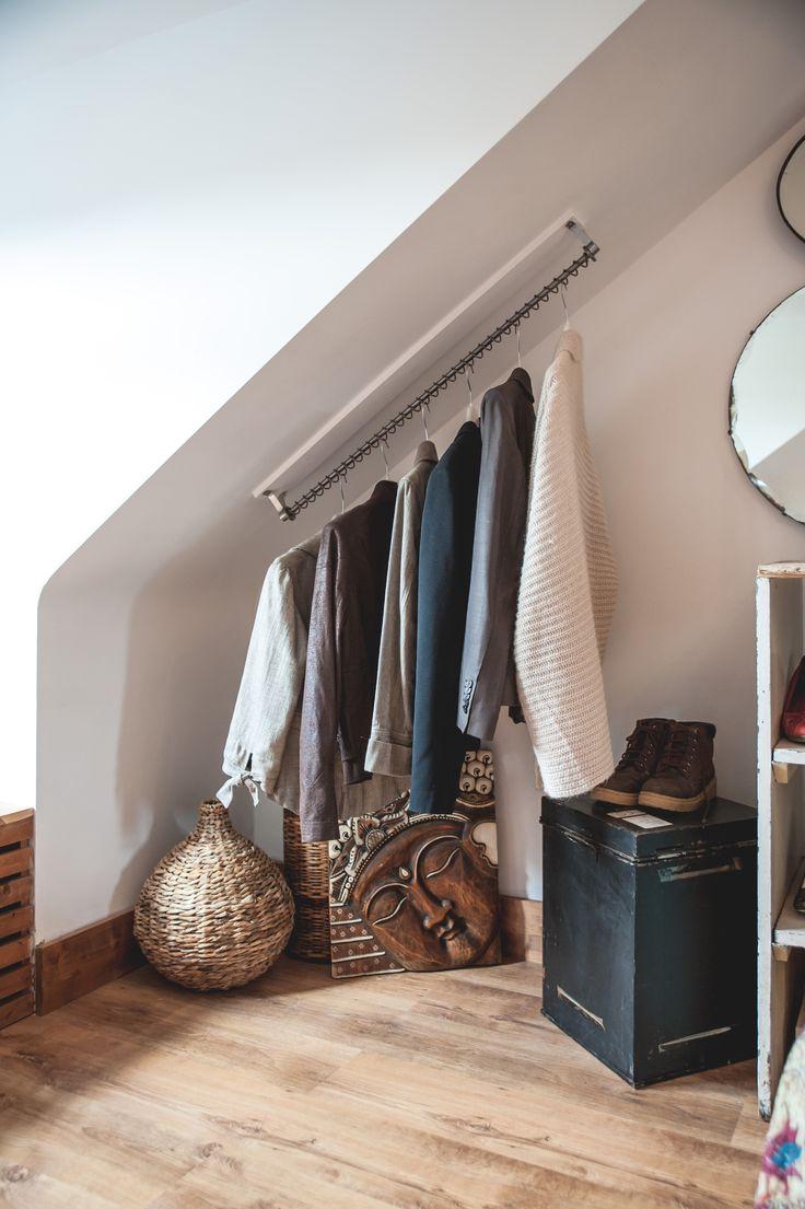 Вешалка для одежды в нише спальни