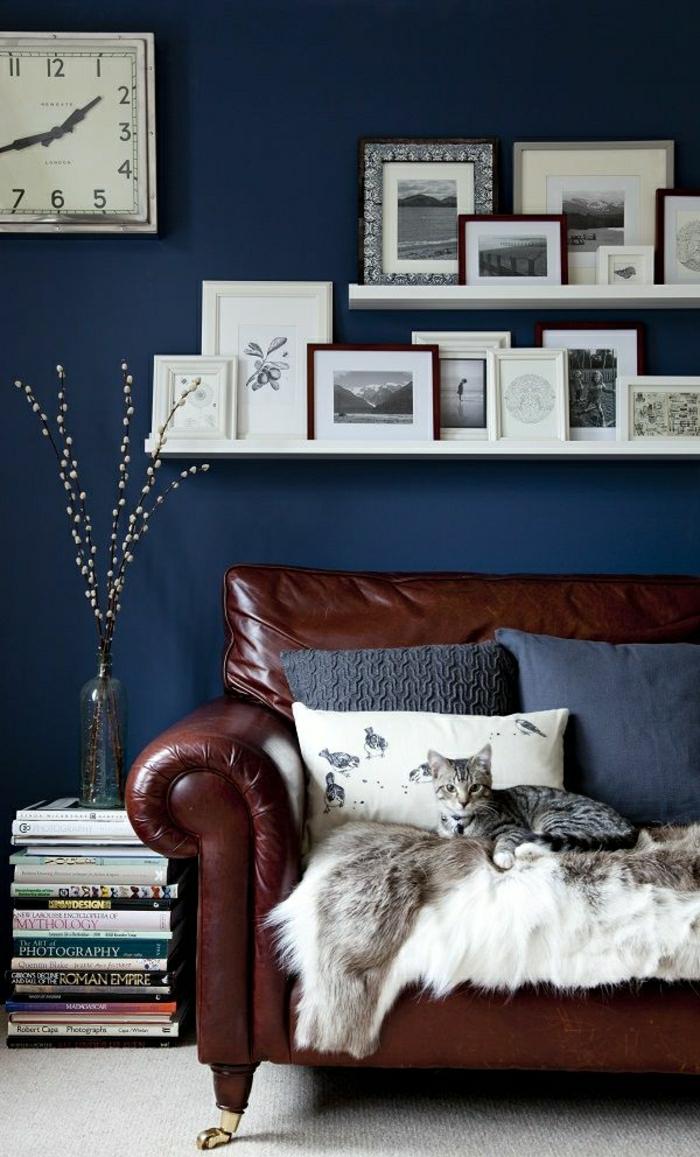 Коричневый винтажный диван