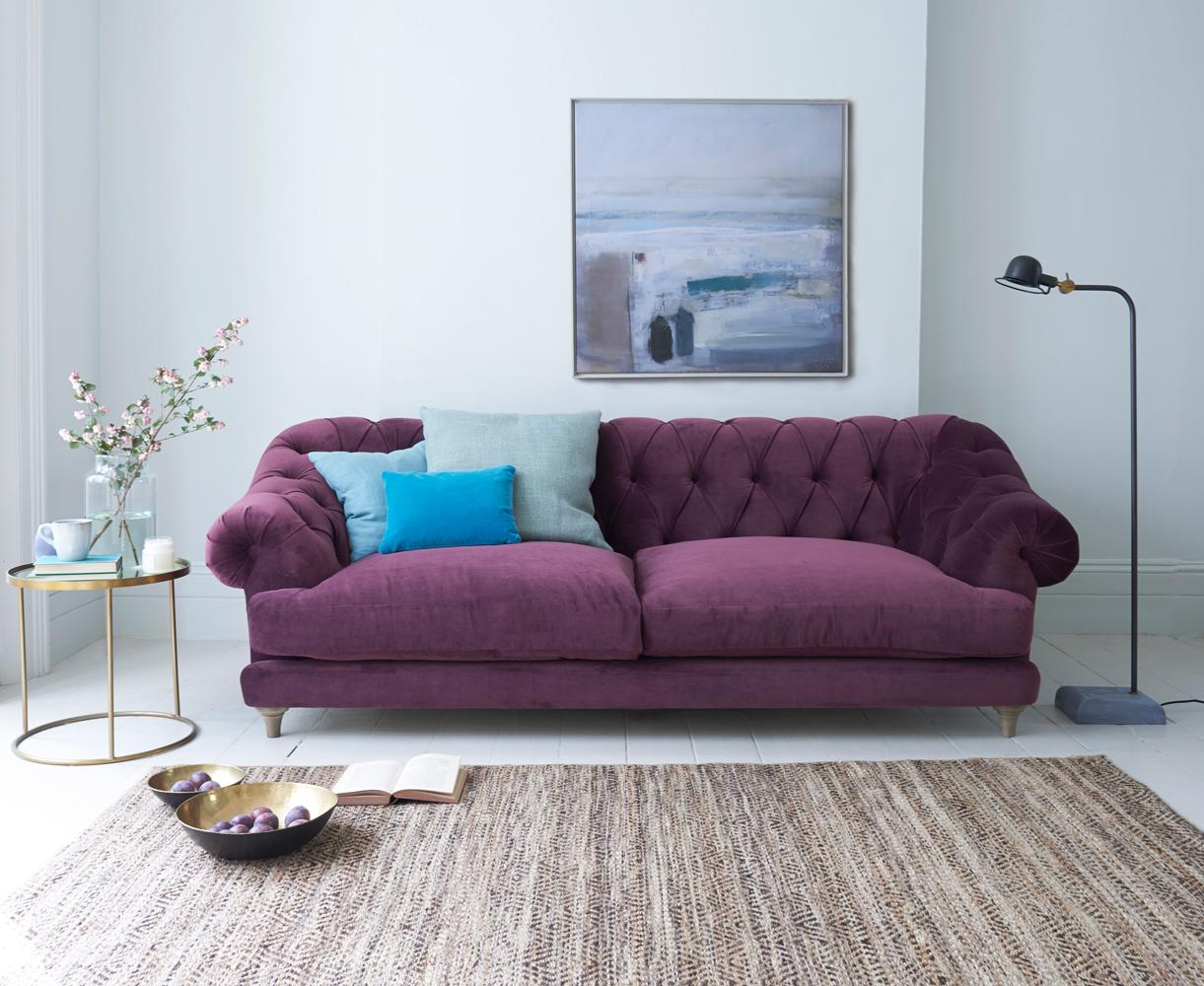 Фиолетовый винтажный диван