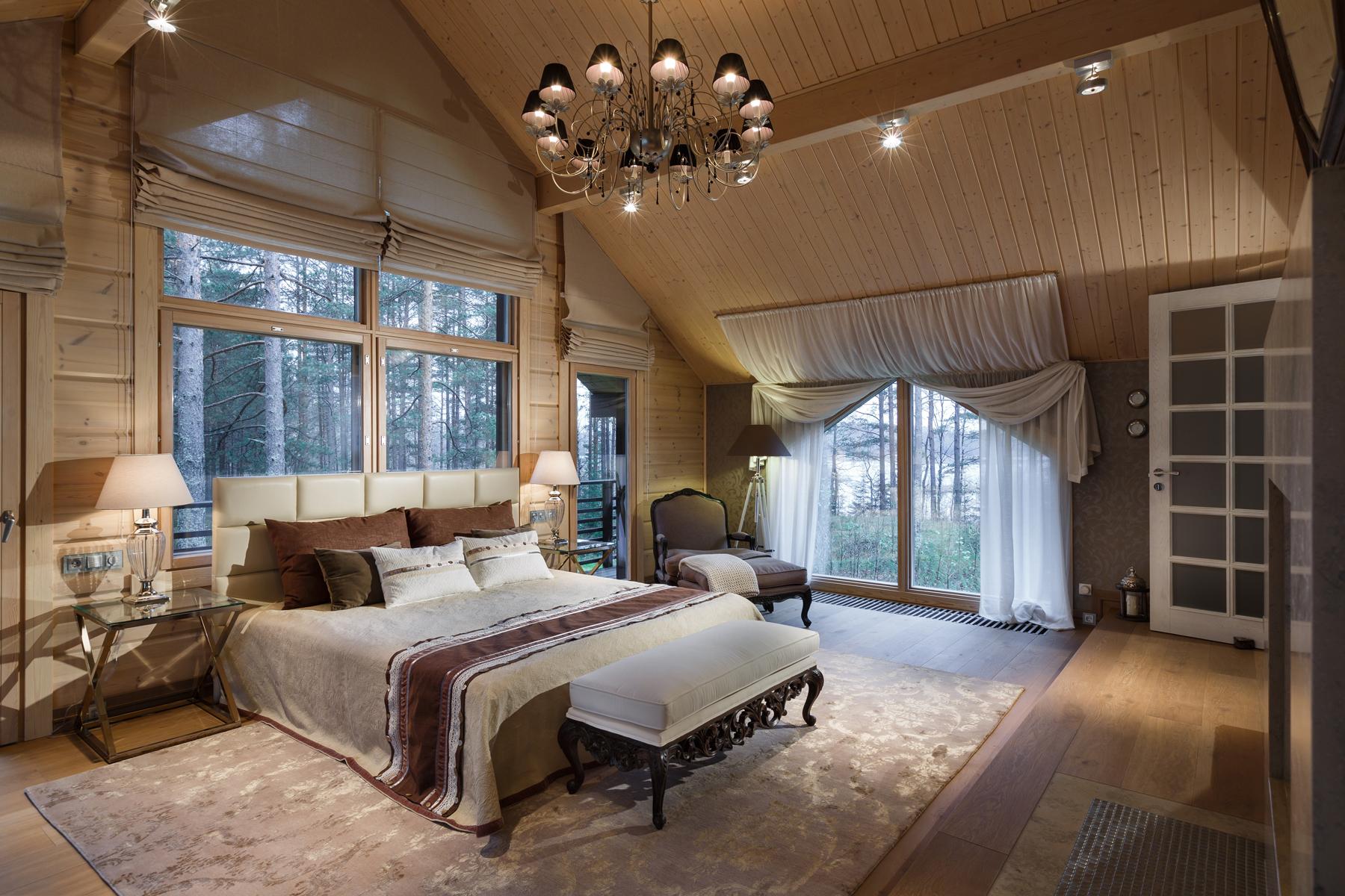 Спальня с высоким потолком на даче