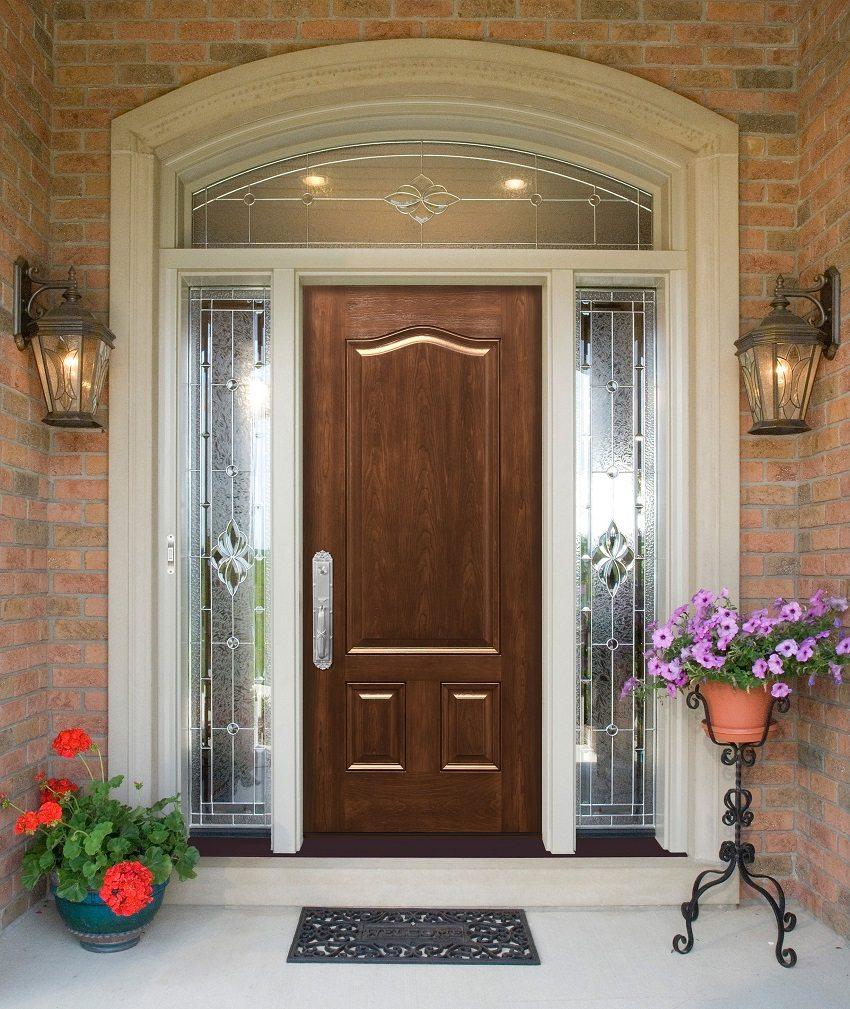 Дверь в дом с витражом