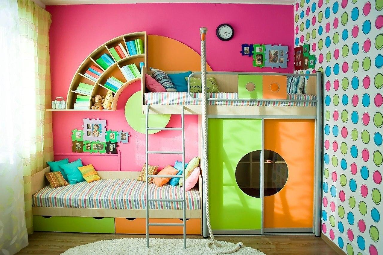 Яркие обои для комнаты девочки