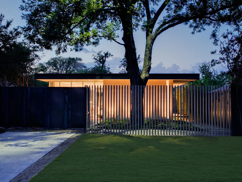 Консольные ворота загородного дома