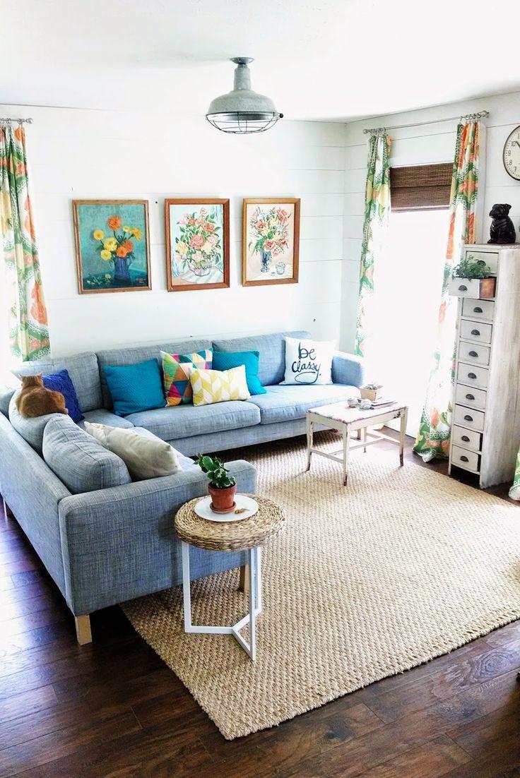 Голубой диван в загородном доме