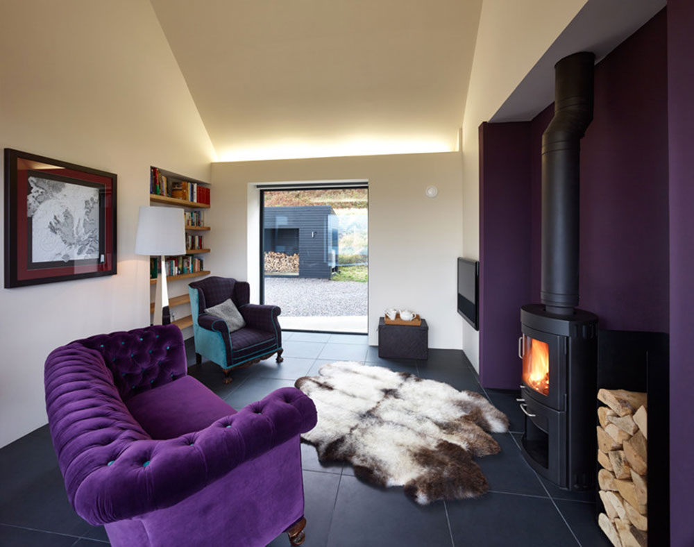 Фиолетовый диван в загородном доме