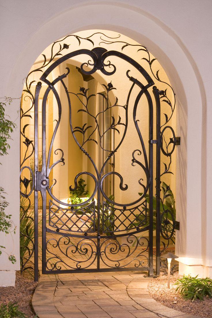 Кованая дверь в загородном доме
