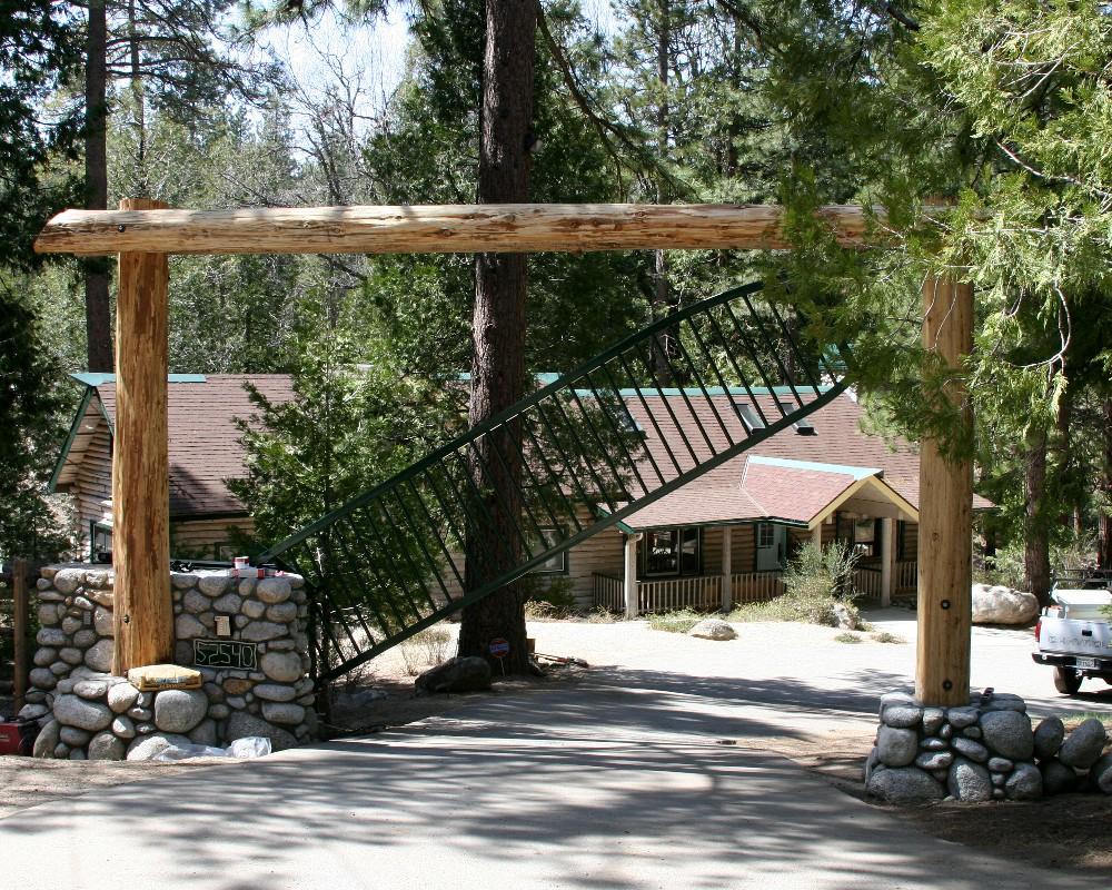 Вертикальные ворота в загородном доме