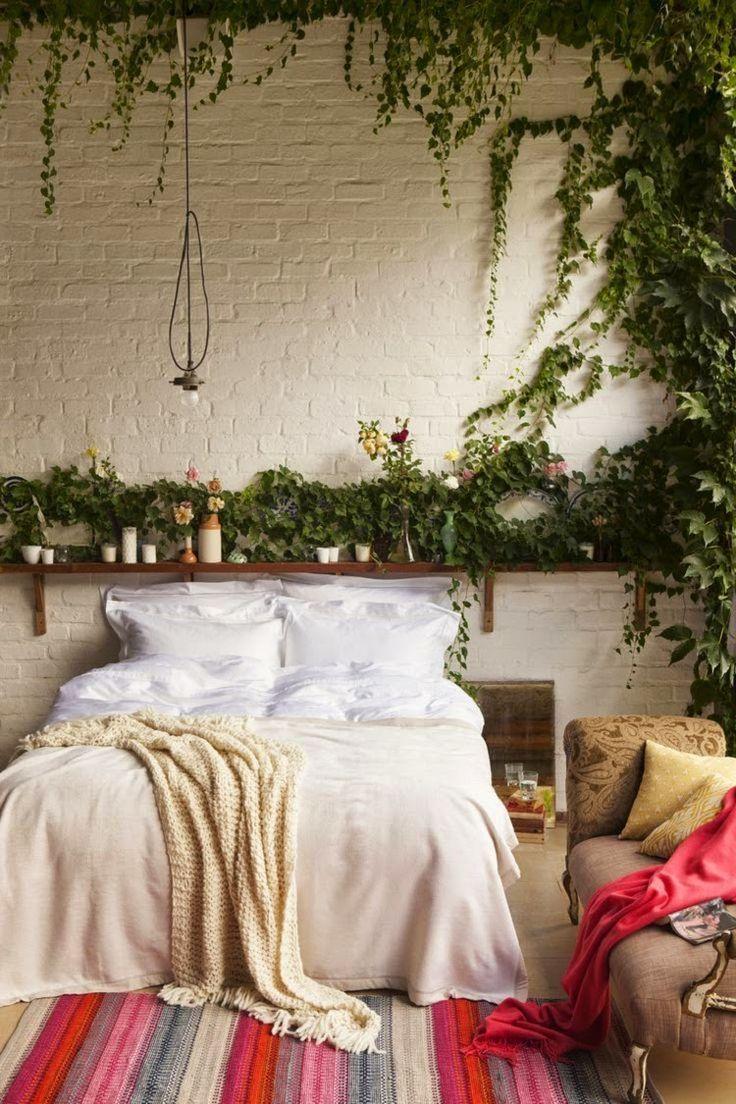 Зелень на стене в спальне