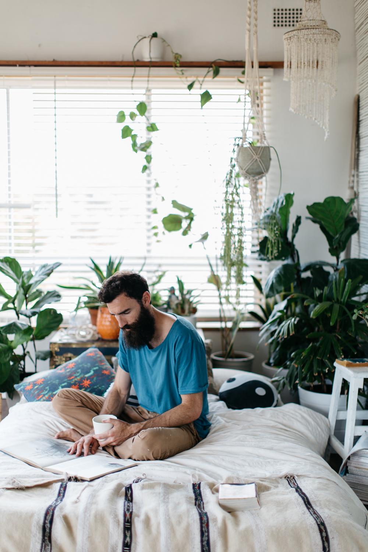 Зеленый уголок в спальне