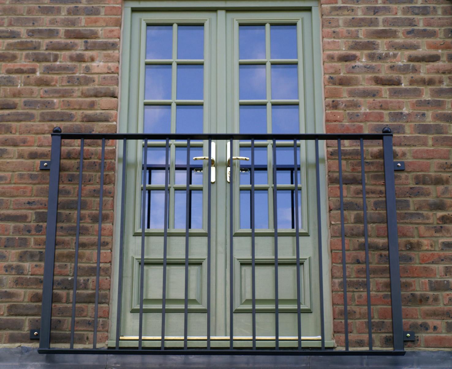Балконная зеленая дверь