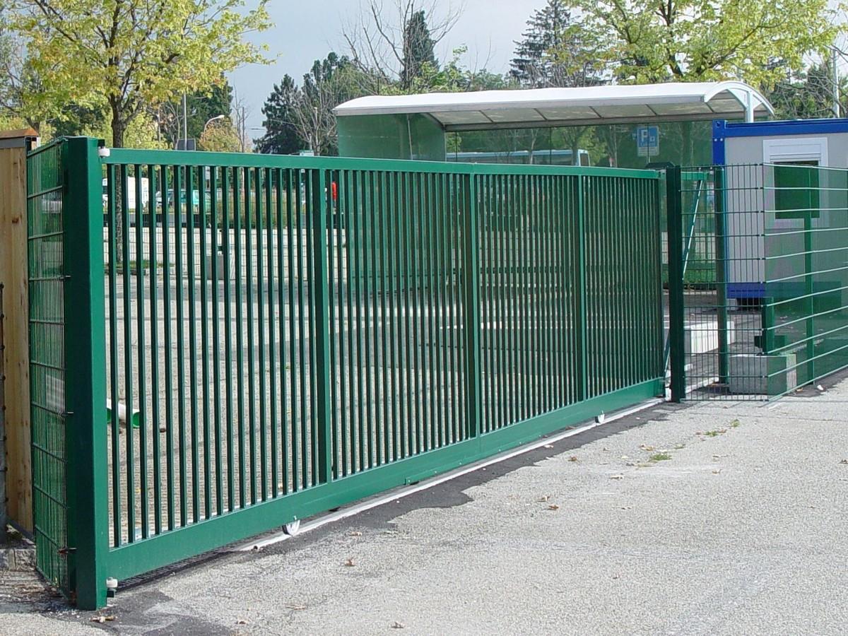 Зеленые ворота из профильной трубы