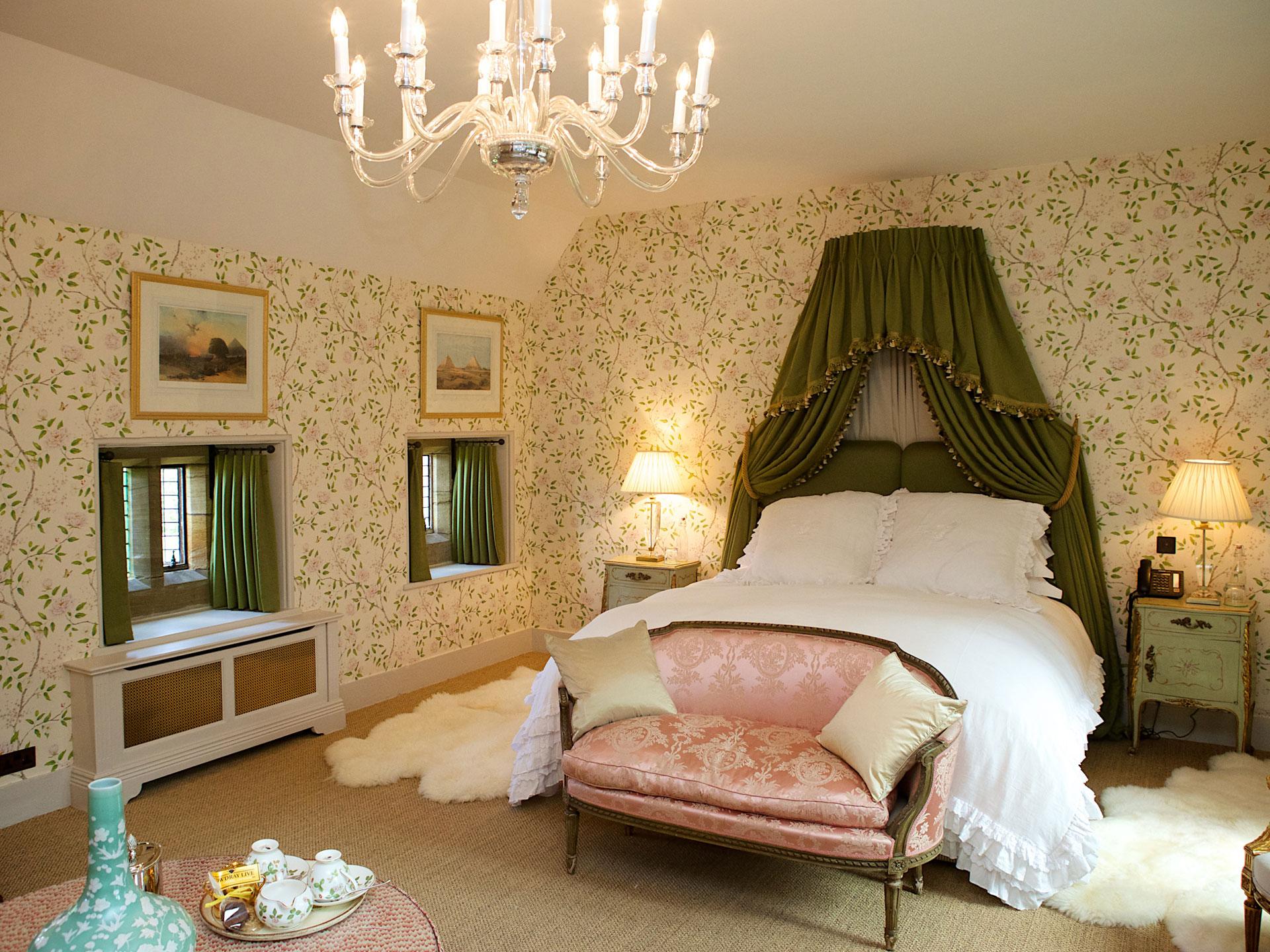 Спальня в зеленом дизайне на даче