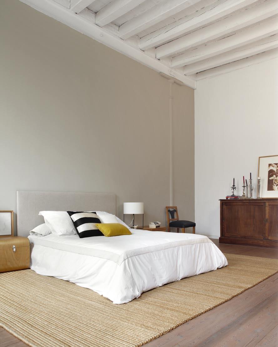 Бежевая кровать в стиле лофт