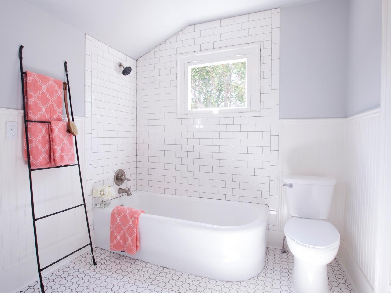 Белая ванная без раковины