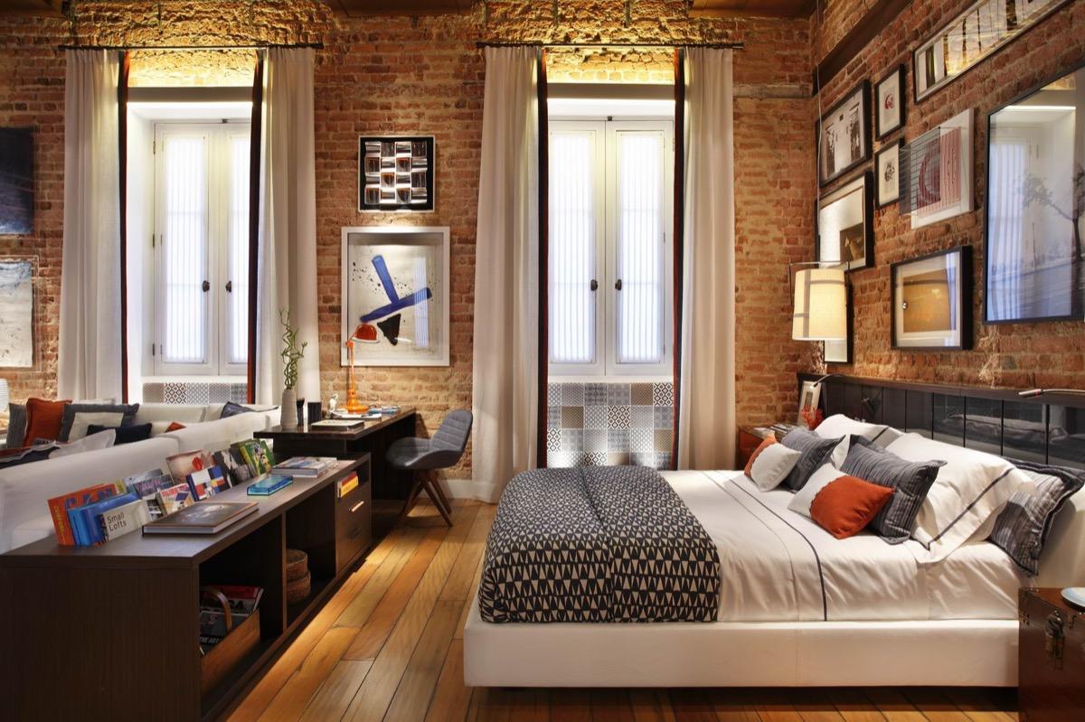 Белая кровать в стиле лофт