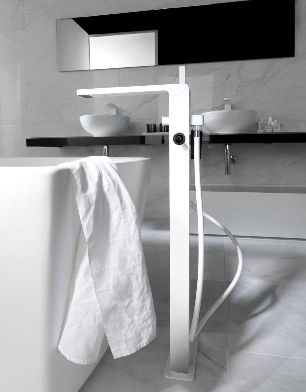 Белый смеситель для ванной