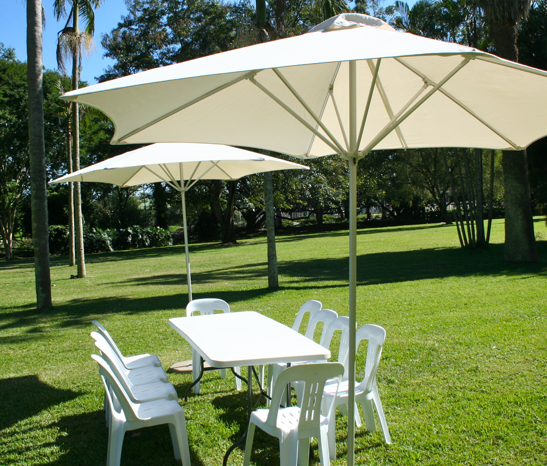 Белый садовый зонт