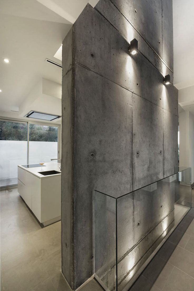 Бетонная стена в прихожей лофт