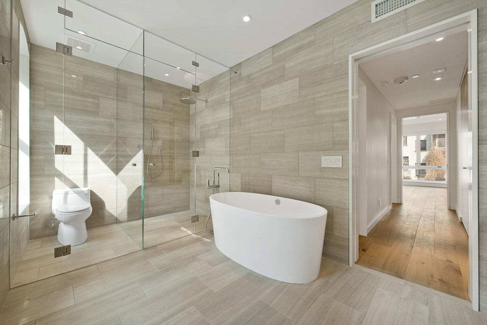 Большая ванная без раковины