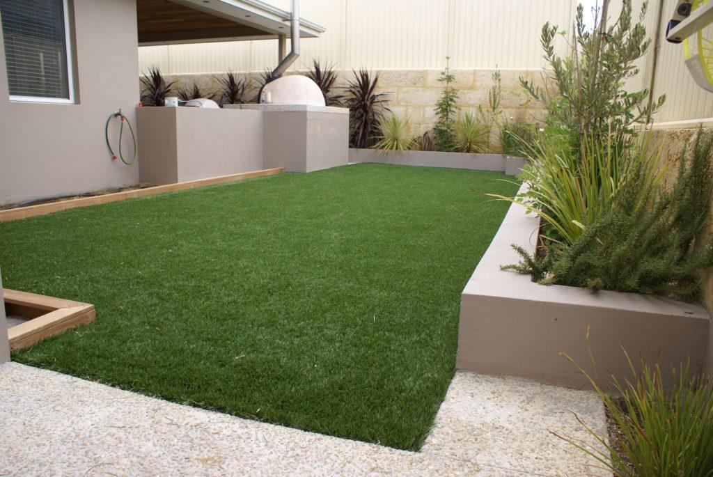 Рулонный газон в частном доме