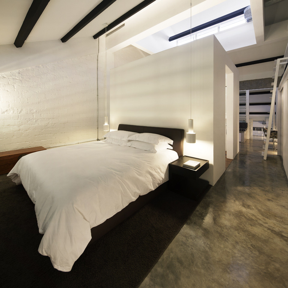 Кровать черная в стиле лофт