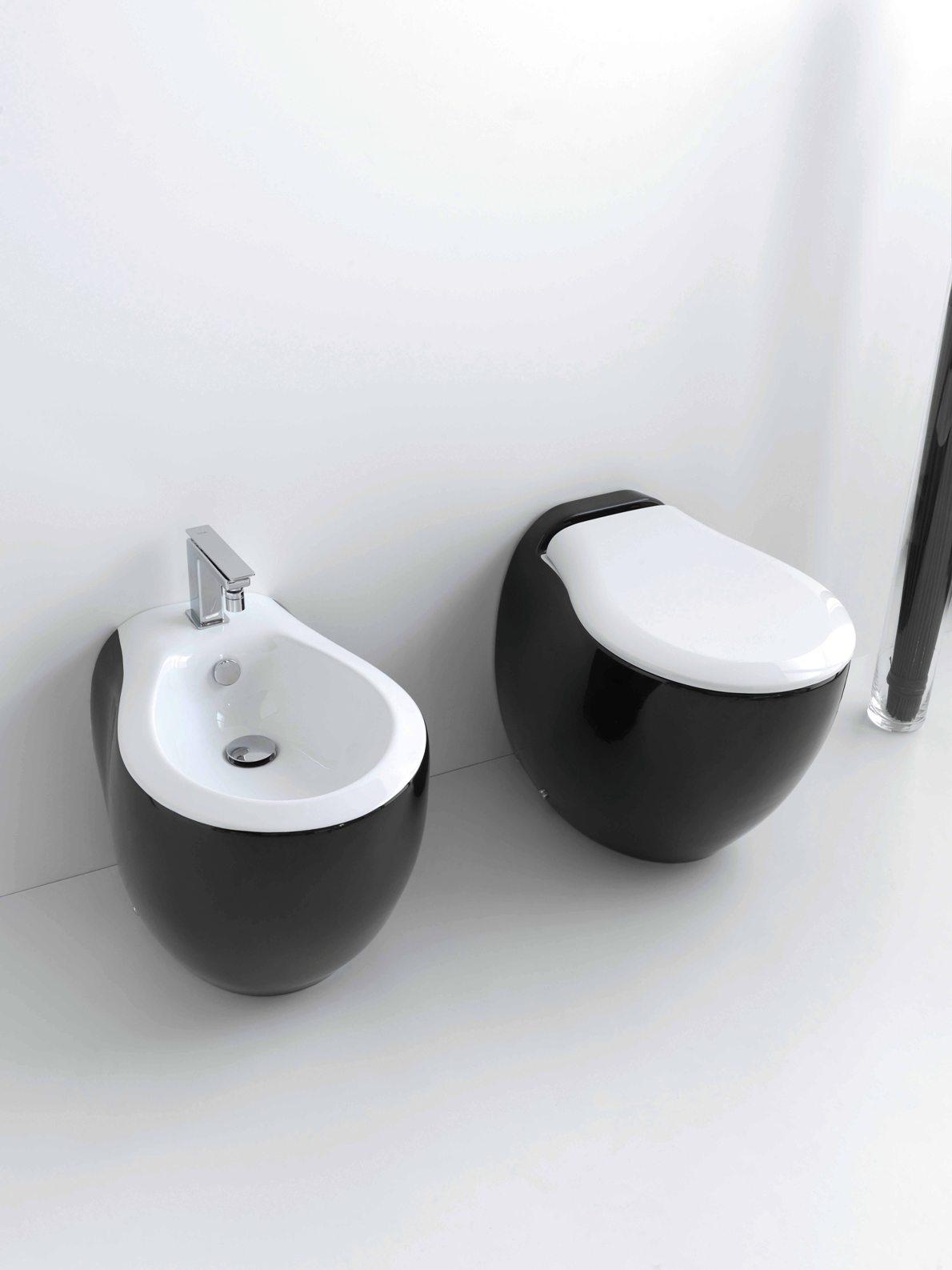 Черно-белый унитаз