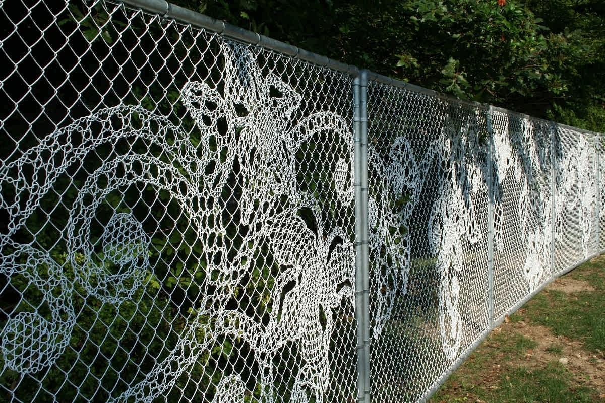 Забор из рабицы с декором