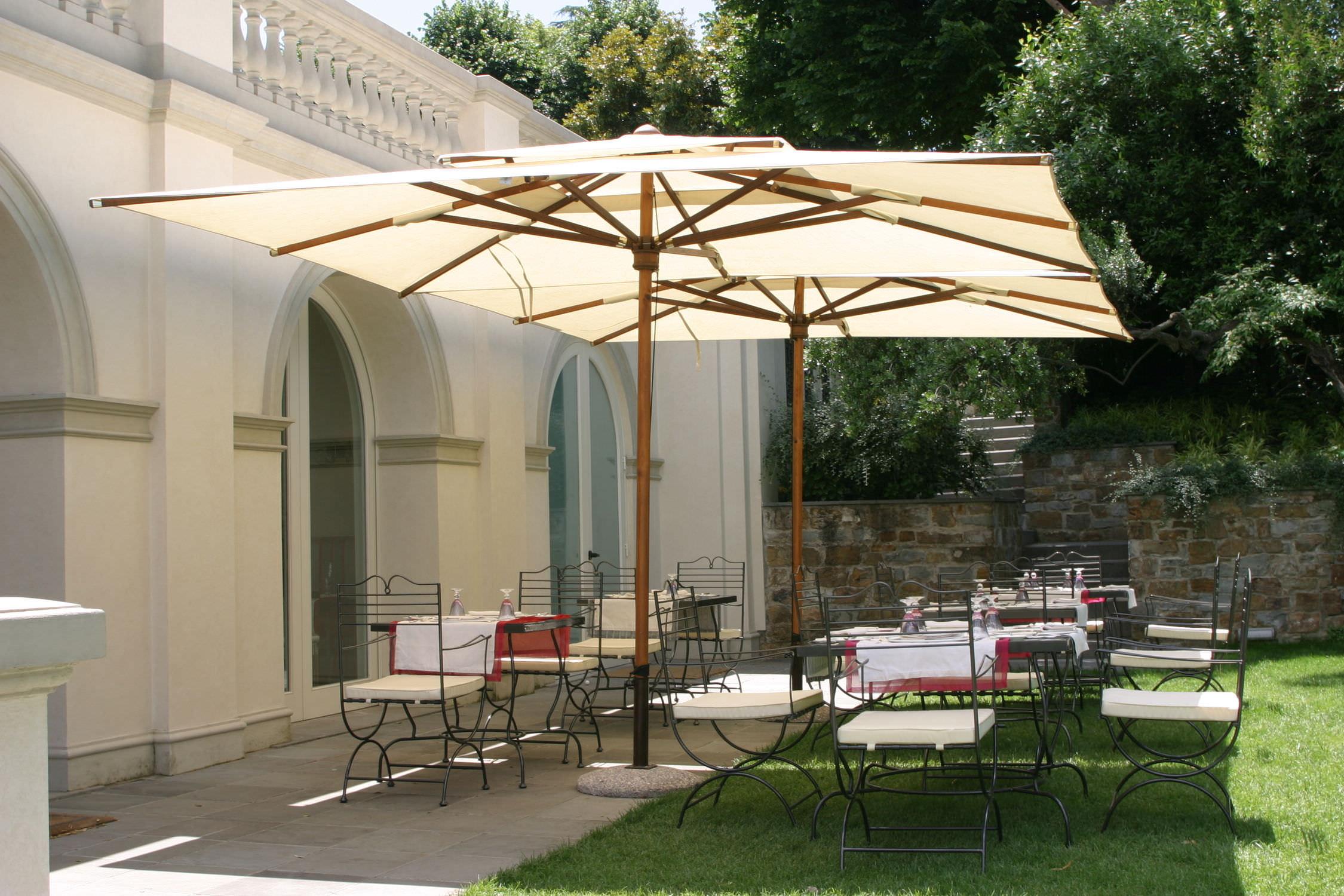 Садовый зонт деревянный