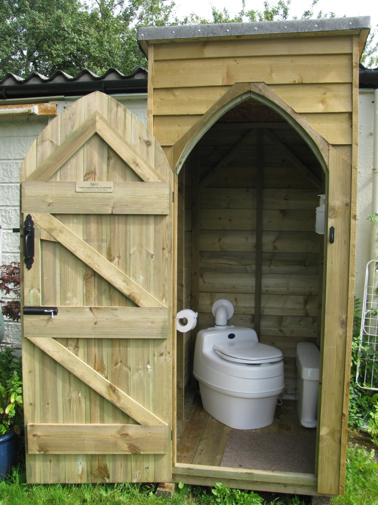 Дачный туалет из досок
