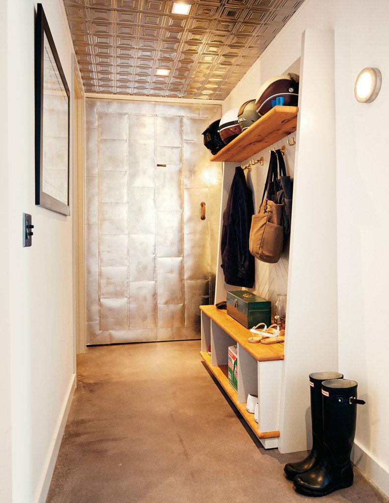 Дверь из металла в прихожей лофт