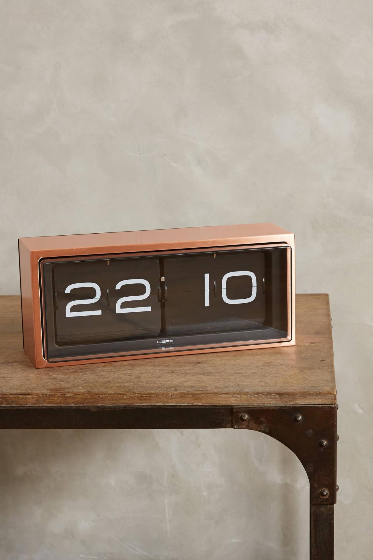 Электрические часы в гостиной