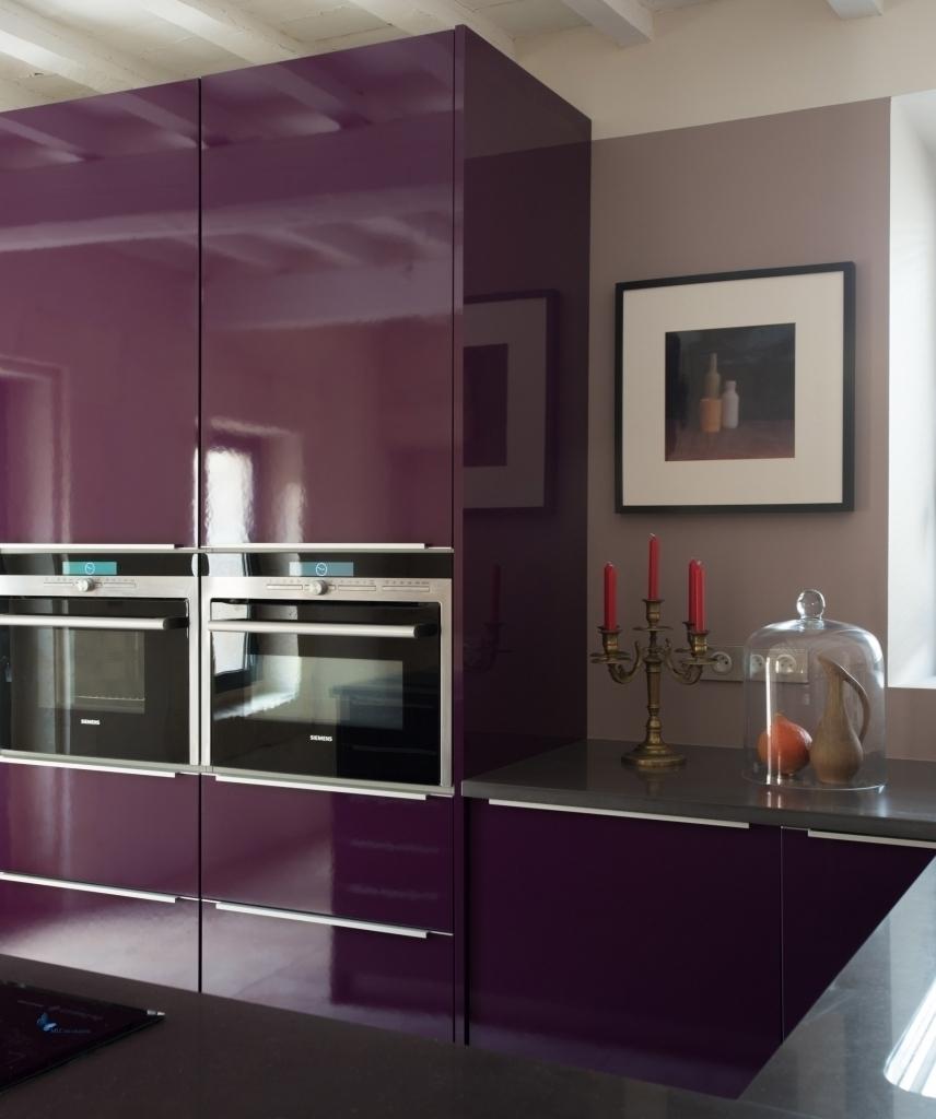 Темная глянцевая мебель на кухне