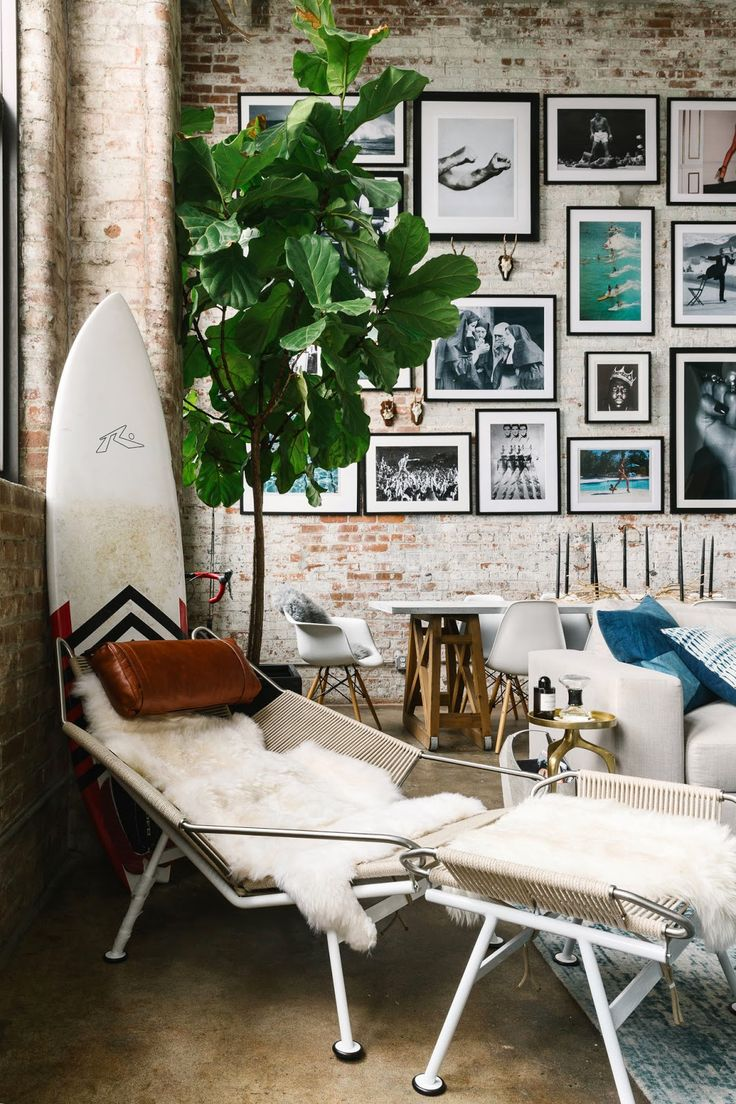 Картины на стене студии лофт
