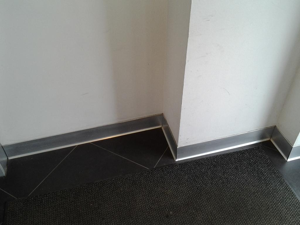 Алюминиевый плинтус в коридоре
