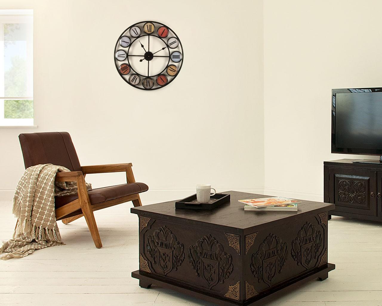 Кованые настенные часы в гостиной