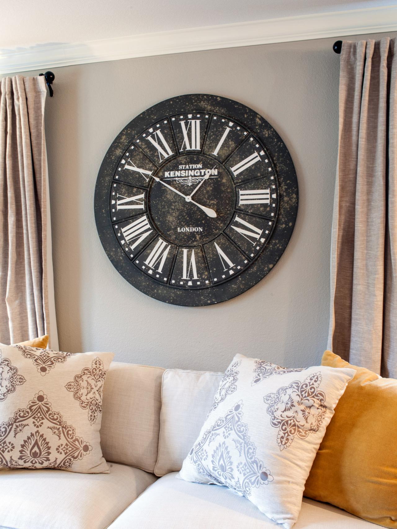 Круглые настенные часы в гостиной