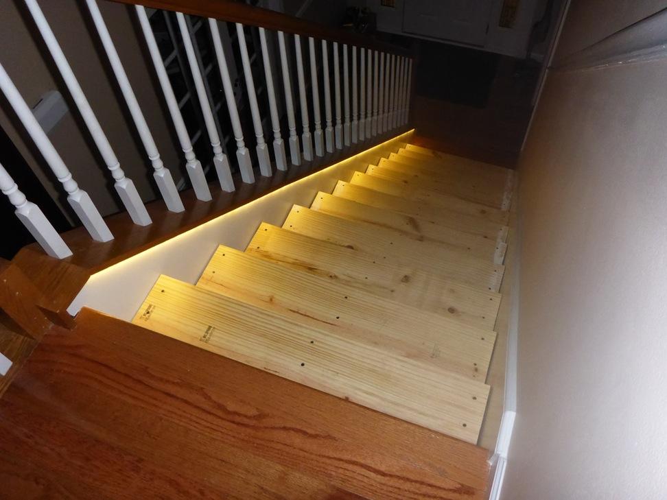 Светодиодный плинтус для лестницы
