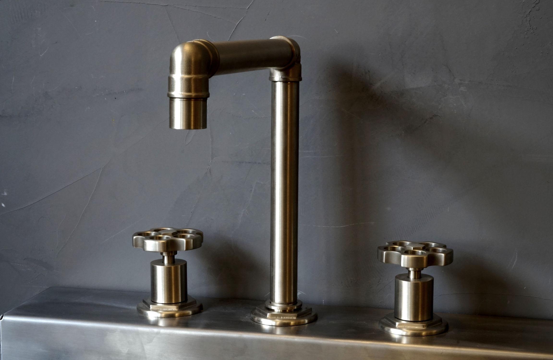 Смеситель лофт для ванной