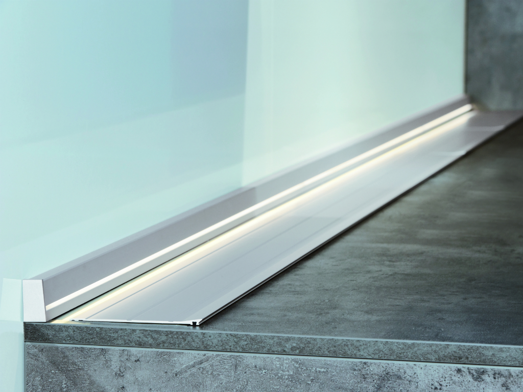 Мебельный алюминиевый плинтус