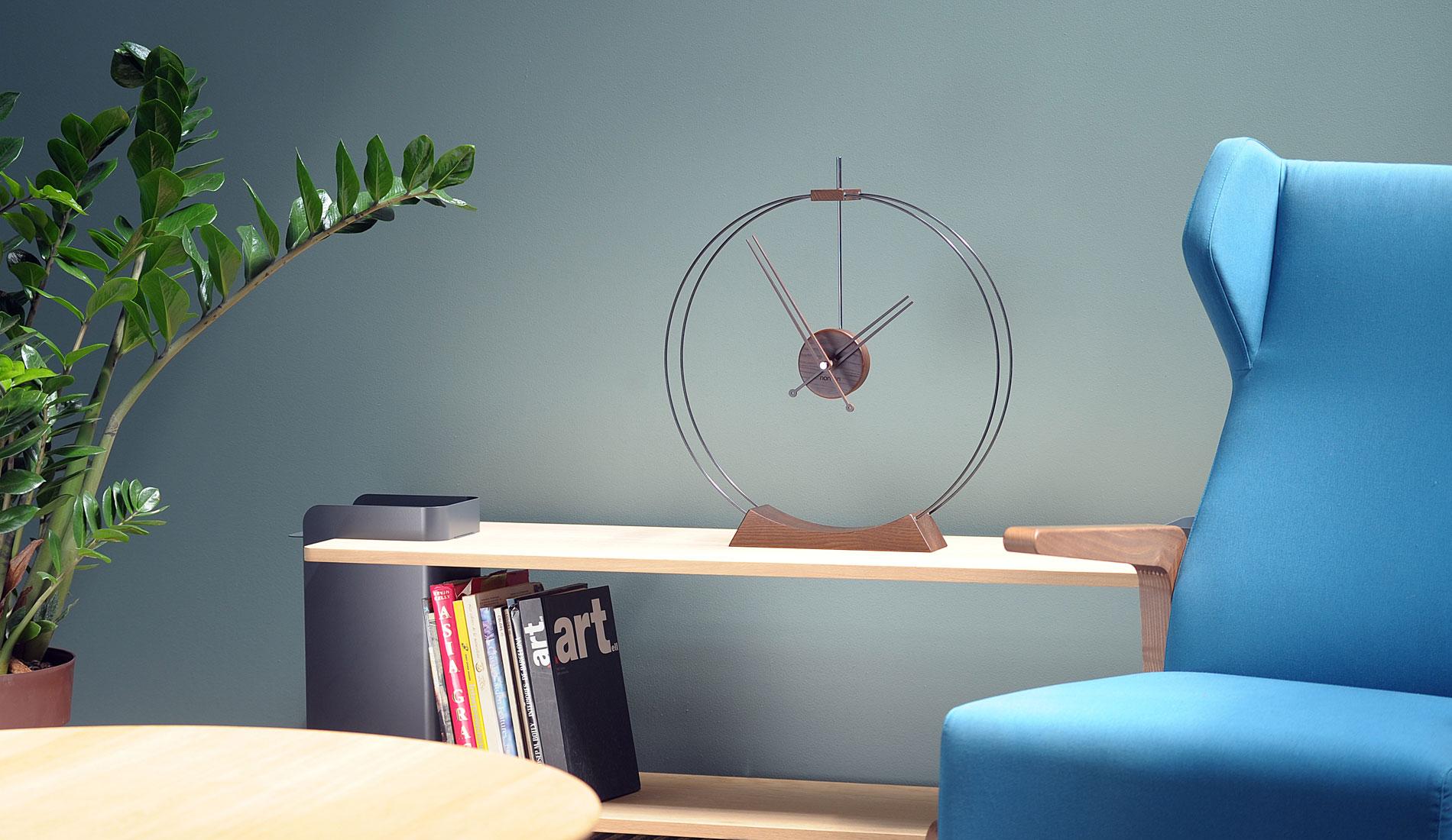 Часы в гостиной в стиле модерн