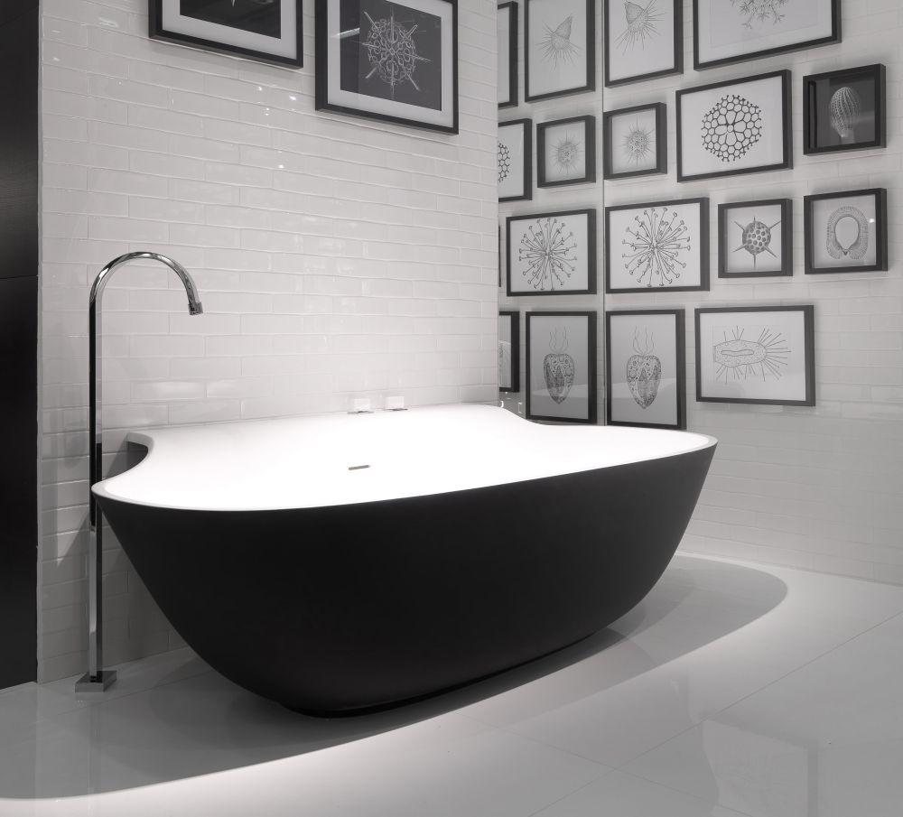 Ванная без раковины в монохромных тонах