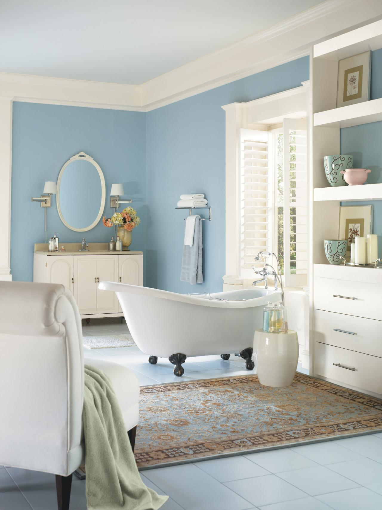 Интерьер ванной в морском стиле в светлых тонах