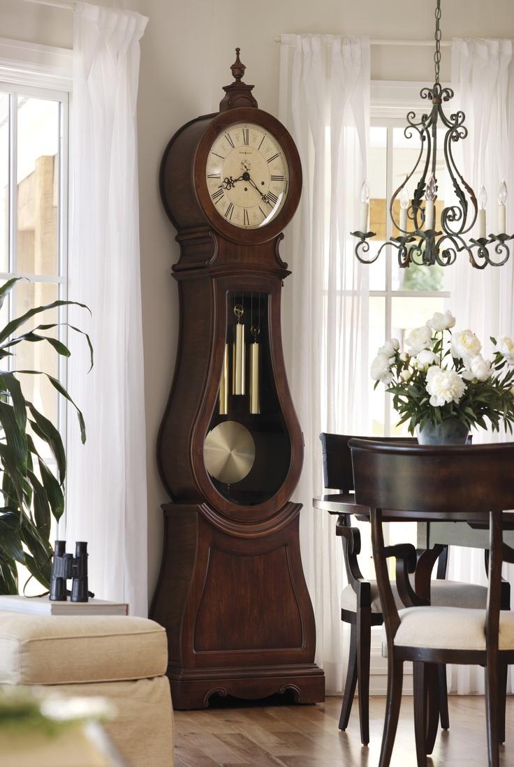 Напольные часы в гостиной