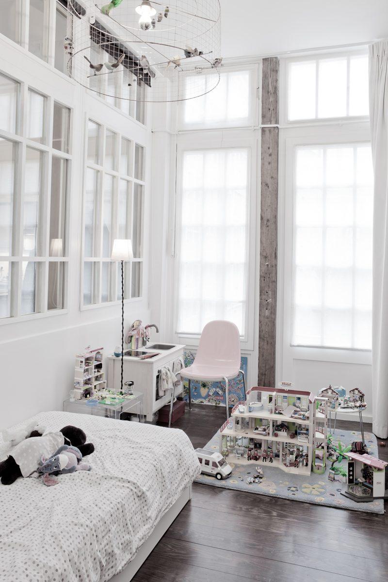 Детская в стиле лофт с окнами