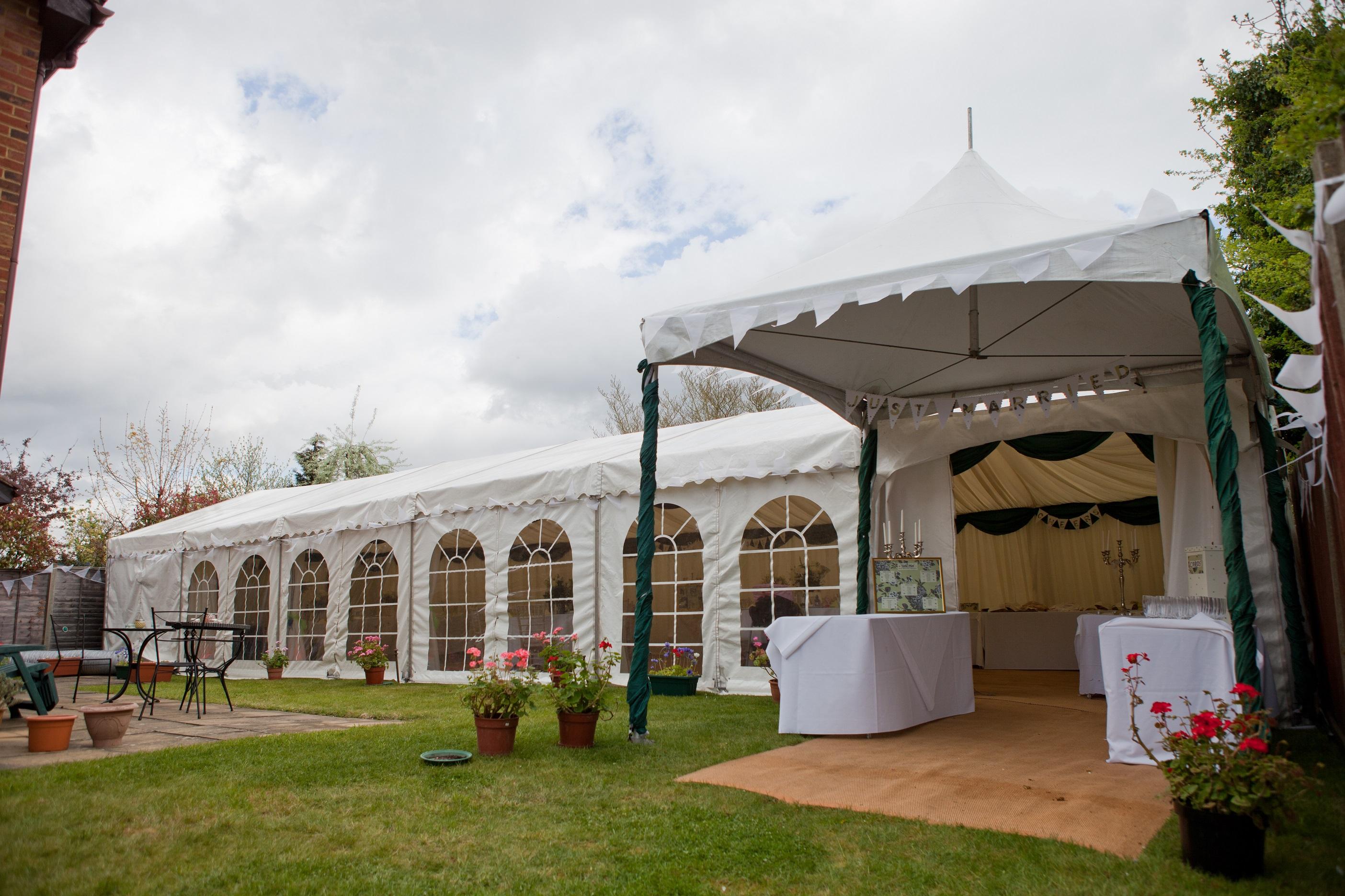 Садовый шатер с окнами
